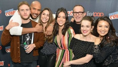 MARVEL's Agents of S.H.I.E.L.D. - Step and repeat with the cast of Marvel's Agents of S.H.I.E.L.D. at Jacob Javits Center for New York Comic Con. (ABC/Pawel Kaminski) IAIN DE CAESTECKER, HENRY SIMMONS, NATALIA CORDOVA-BUCKLEY, CHLOE BENNET, CLARK GREGG, ELIZABETH HENSTRIDGE, MING-NA WEN - MARVEL'S AGENTS OF S.H.I.E.L.D.