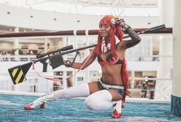 Nia, one of the interviewed black cosplayers of this article, kneels in a dynamic pose as Yoko Littner from GURREN LAGANN