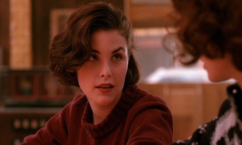 Audrey Horne talks to Donna Hayward at the counter at the Double R Diner before Audrey's Dance