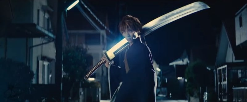 Ichigo balancing his blade on his shoulder in Netflix's BLEACH.